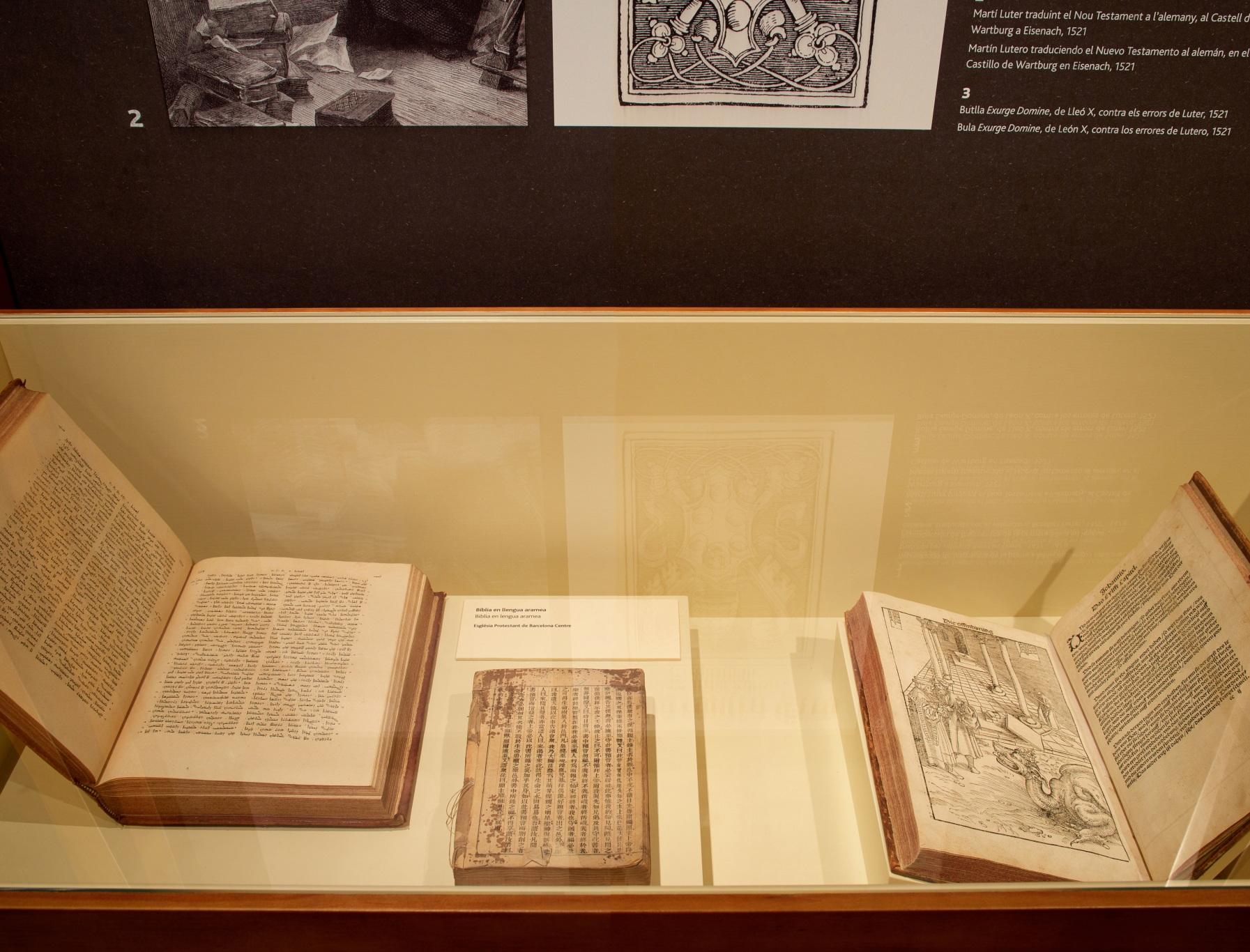 Exposición protestantes Caixaforum. Vitrina con libros antiguos.