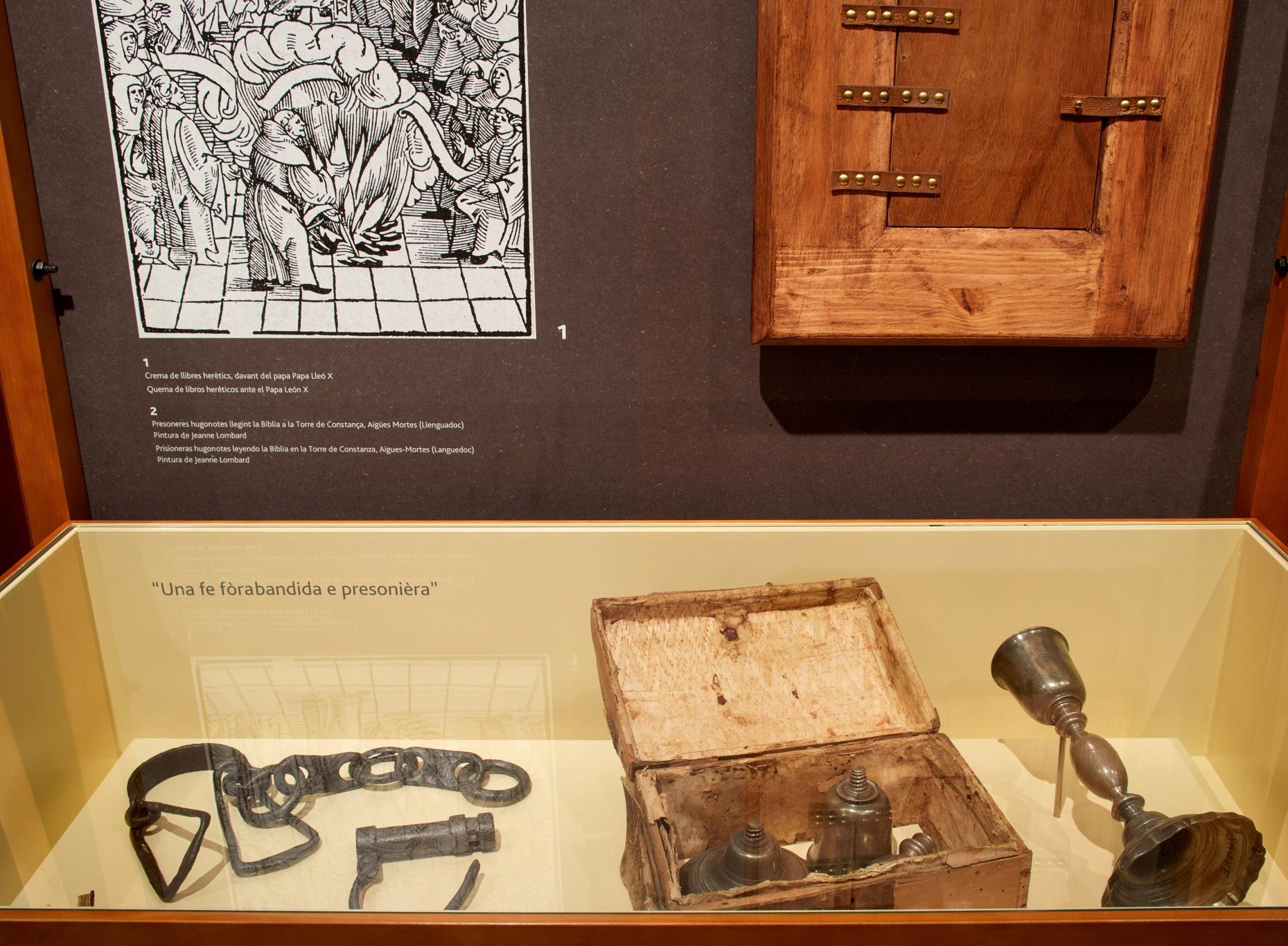 Exposición protestantes Caixaforum. Ilustración y cajón secreto. Cáliz litúrgico desmontable.