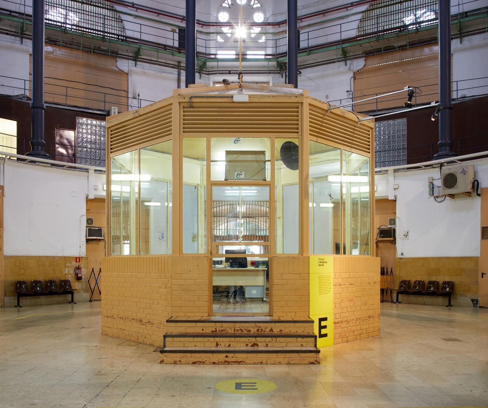 Visita museizada a la Presó Model. Caseta de los vigilantes en el panóptico de la prisión.