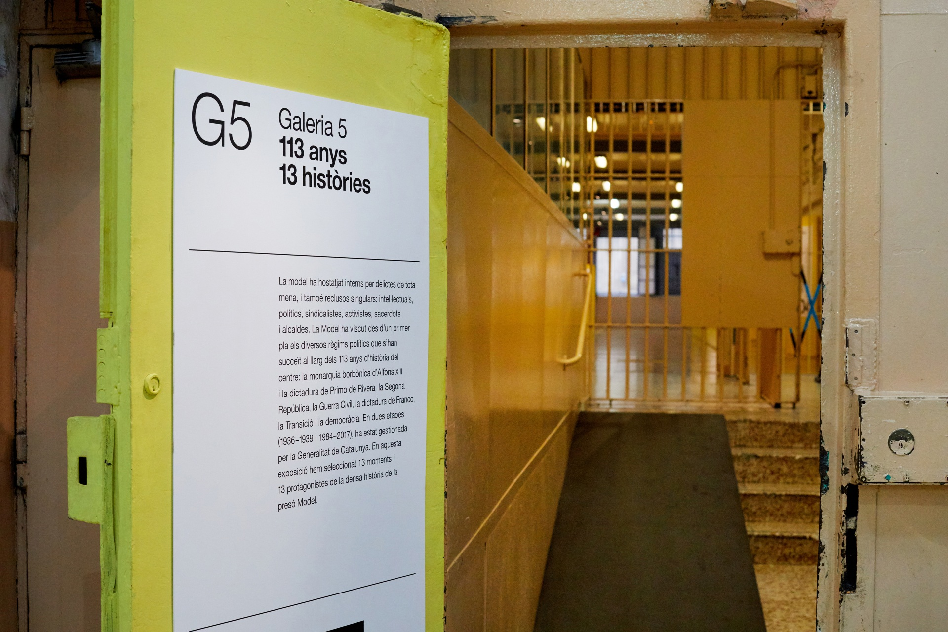 Visita museizada a la Presó Model. Galería 5, puerta amarilla y rejas de acceso.