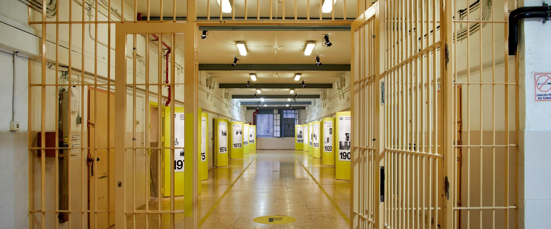 Visita museizada a la Presó Model. Galería 5, rejas de acceso y puertas amarillas.