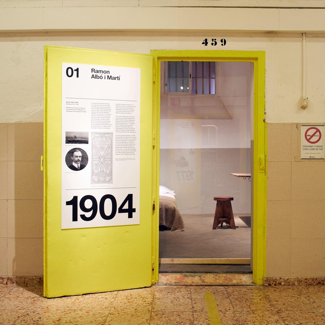 Visita museizada a la Presó Model. Celda 1, Ramon Albó i Martí. Puerta amarilla e interior de la celda.