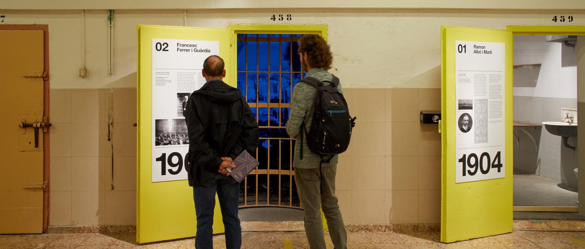 Visita museizada a la Presó Model. Celdas 2 y 1. Puertas amarillas y visitantes.