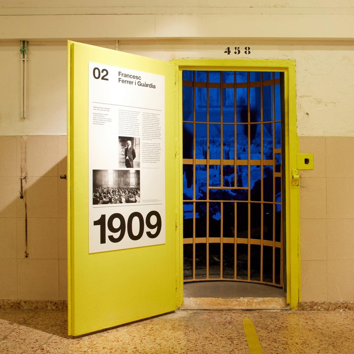 Visita museizada a la Presó Model. Celda 2, Francesc Ferrer i Guàrdia. Puerta amarilla.