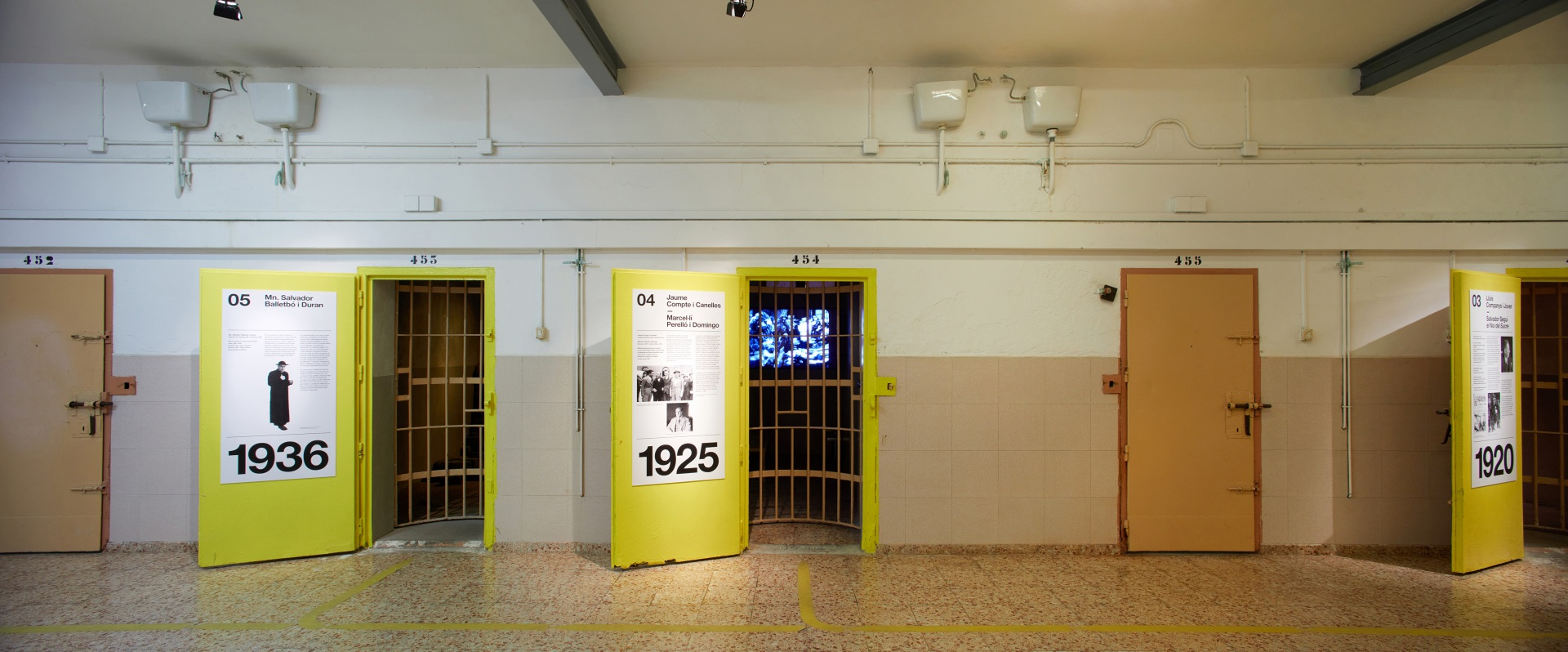 Visita museizada a la Presó Model. Celdas 3, 4 y 5. Puertas amarillas.