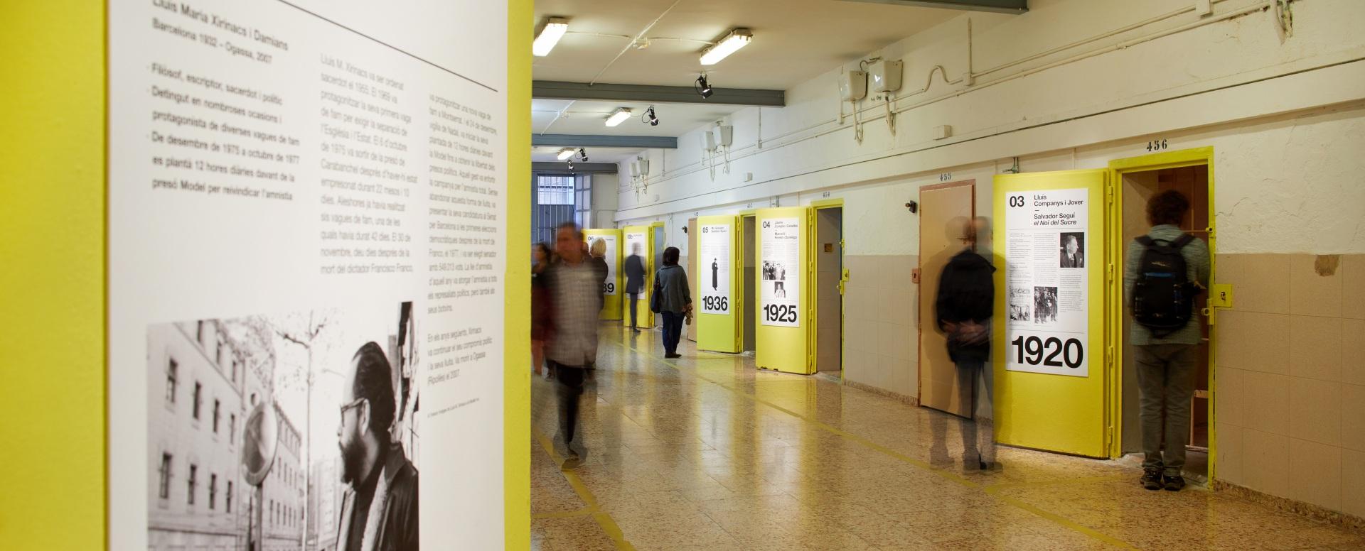 Visita museizada a la Presó Model. Galería 5, puertas amarillas y visitantes.