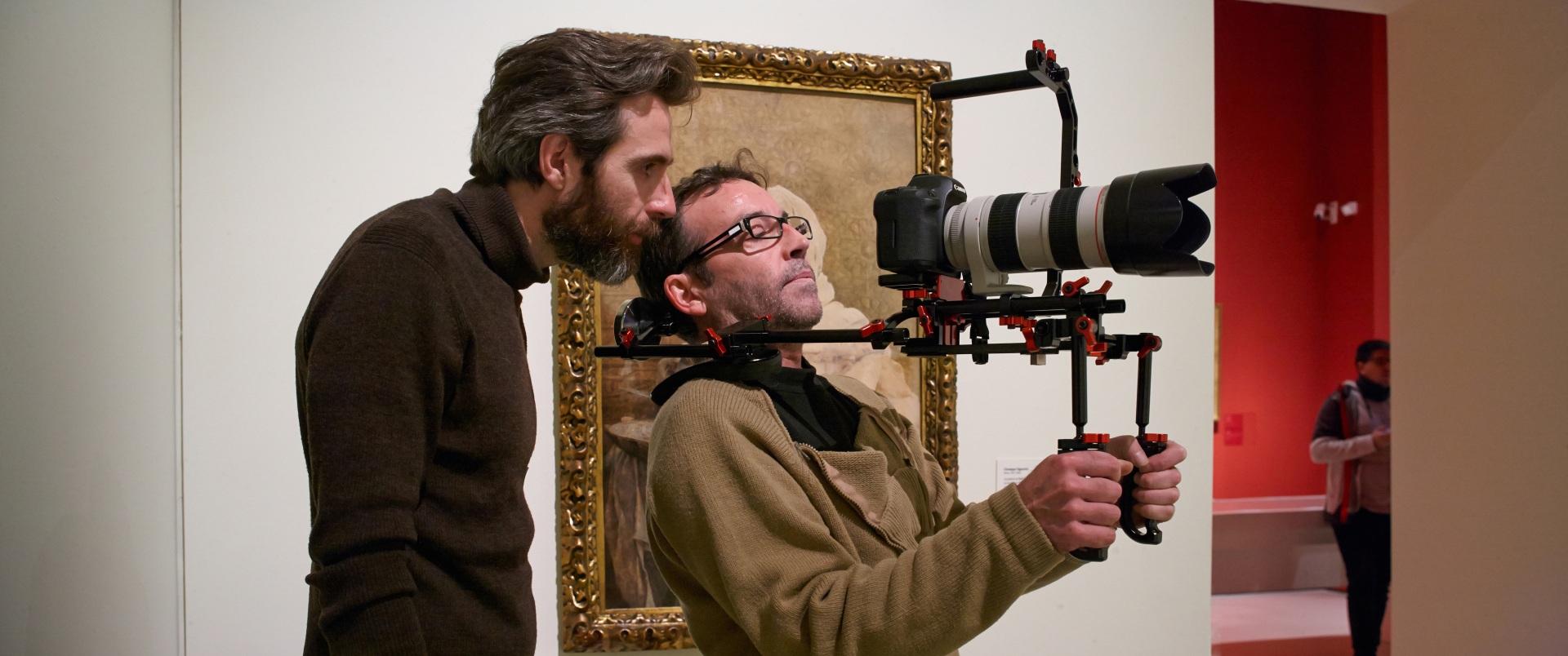 Making of de documental. Director y director de fotografía grabando en el Museu Nacional d\'Art de Catalunya.