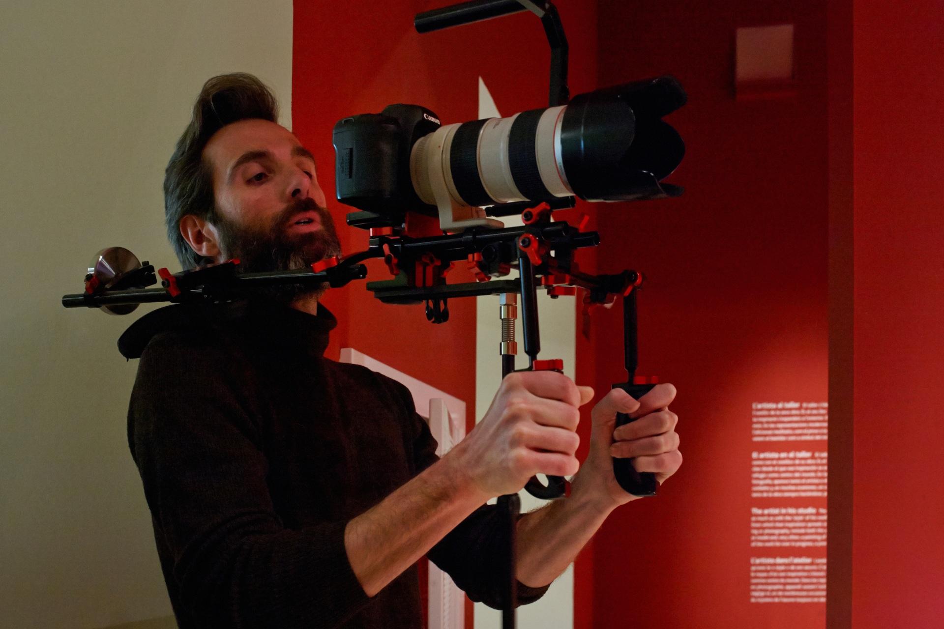 Making of de documental. Director grabando con la cámara en el Museu Nacional d\'Art de Catalunya.