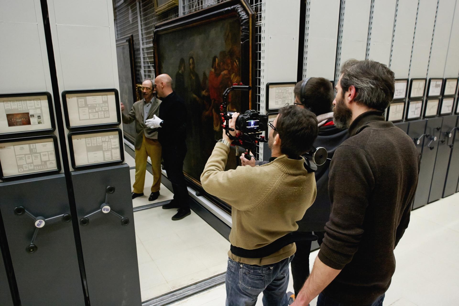 Making of de documental. Comisario, técnicos y director grabando en los archivos del Museu Nacional d\'Art de Catalunya.
