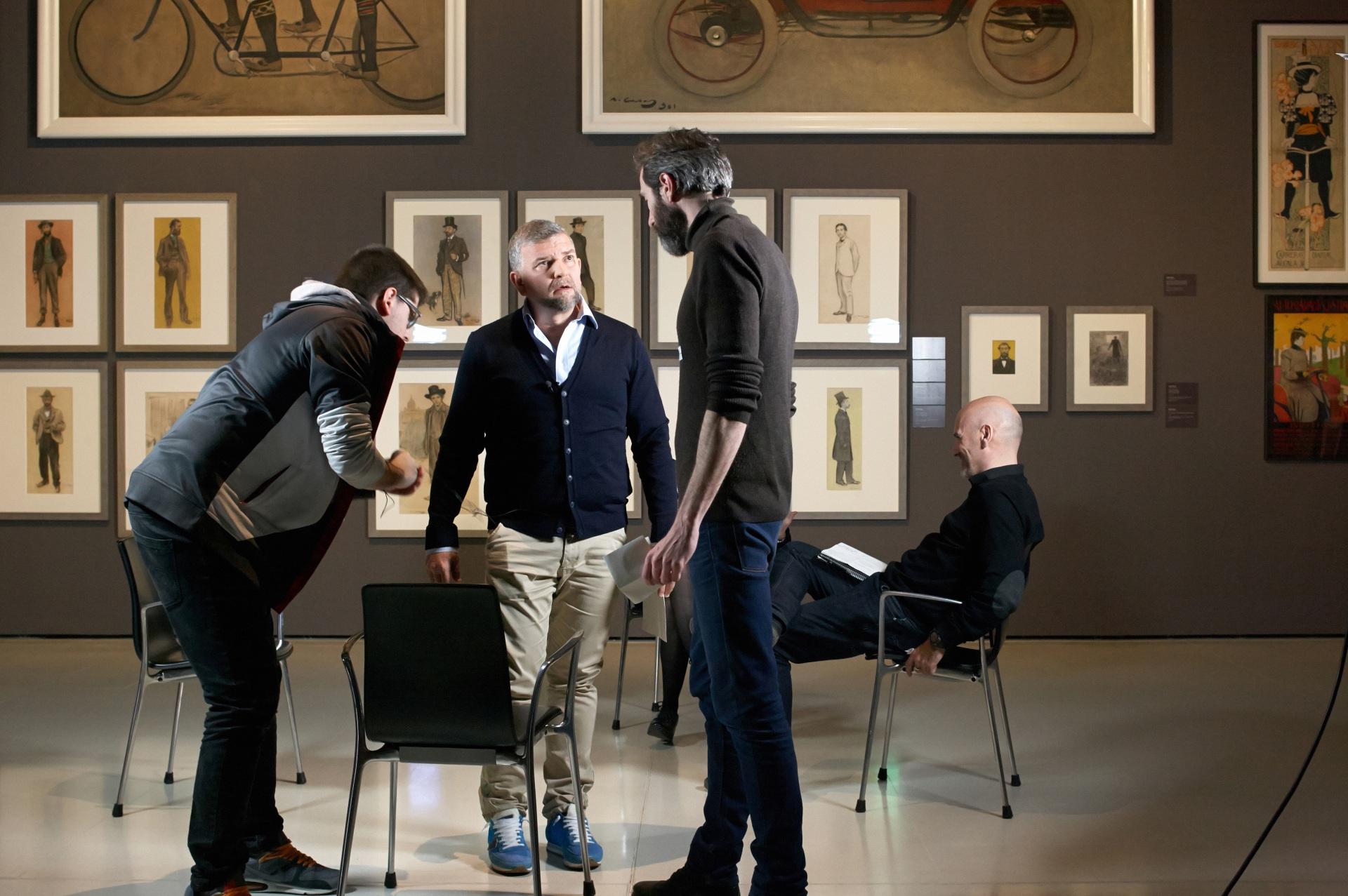 Making of de documental. Director, productor y técnico preparando entrevista en el Museu Nacional d\'Art de Catalunya. De fondo pinturas de Ramon Casas y otros artistas de Els Quatre Gats.