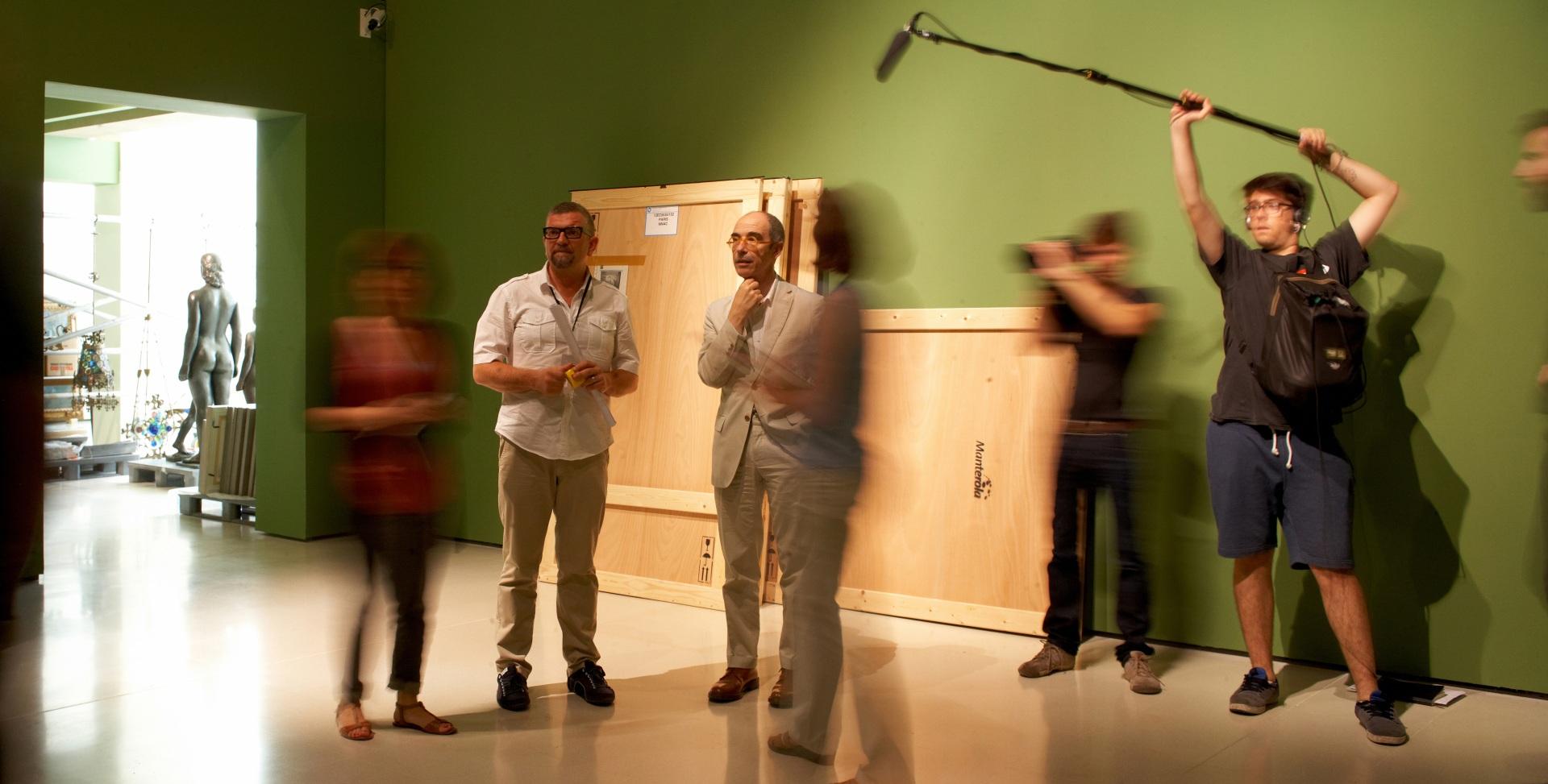 Making of de documental. Director, comisario y técnicos durante el montaje de obras de arte en el Museu Nacional d\'Art de Catalunya.