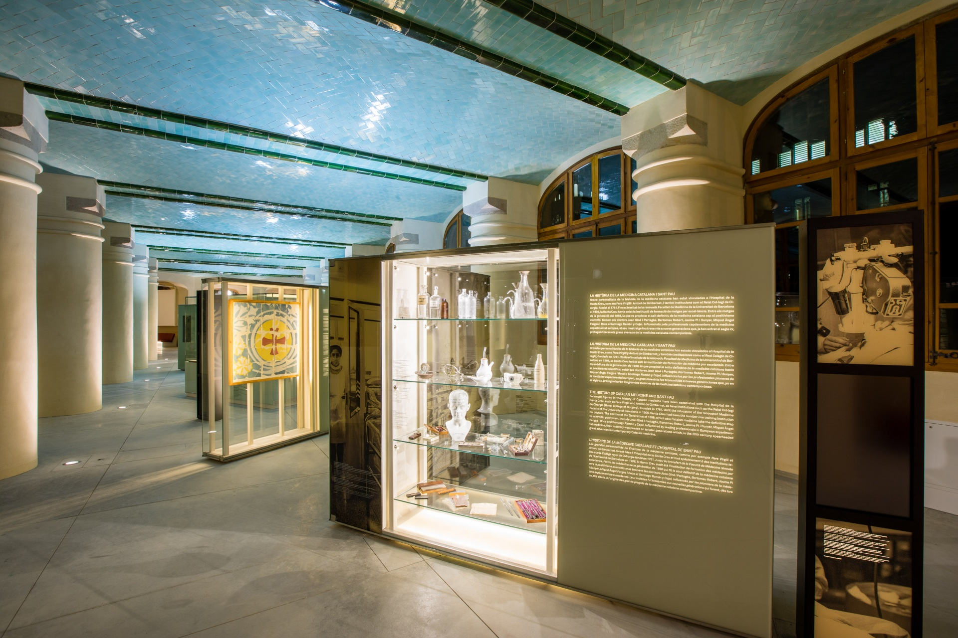 Hospital of the Santa Creu i Sant Pau. Showcases with medicine objects and old pictures.
