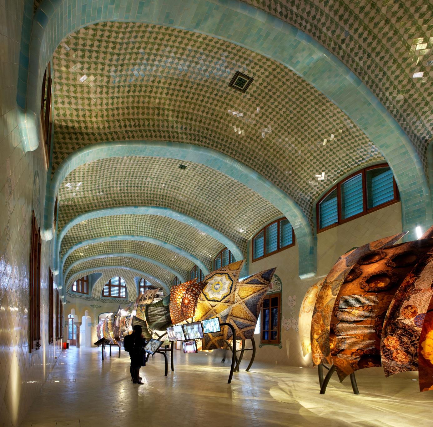 Hospital de la Santa Creu i Sant Pau. Dragón iluminado formado por elementos de la arquitectura de Domènech i Montaner.