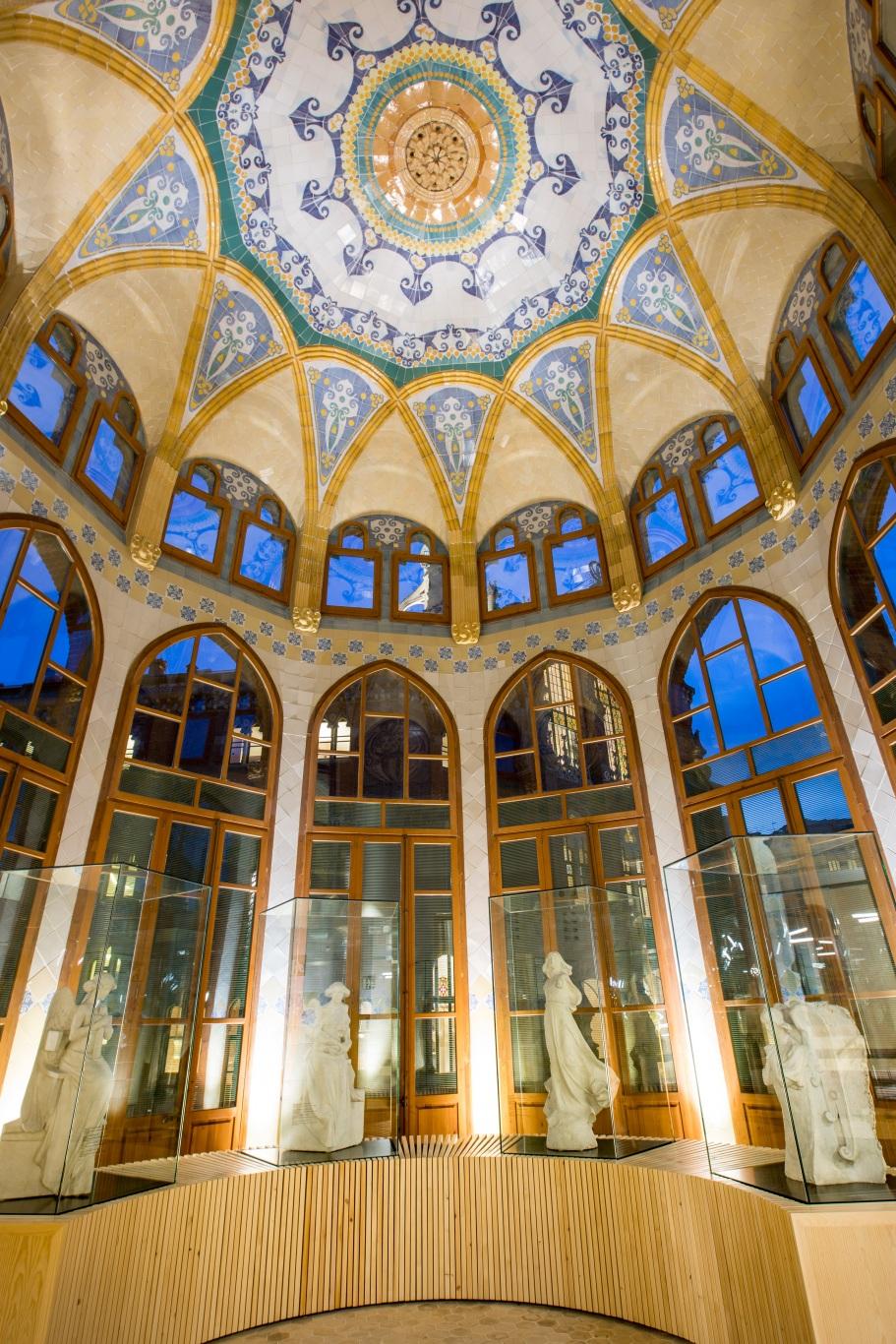 Hospital de la Santa Creu i Sant Pau. Techo decorado de la sala de esculturas.
