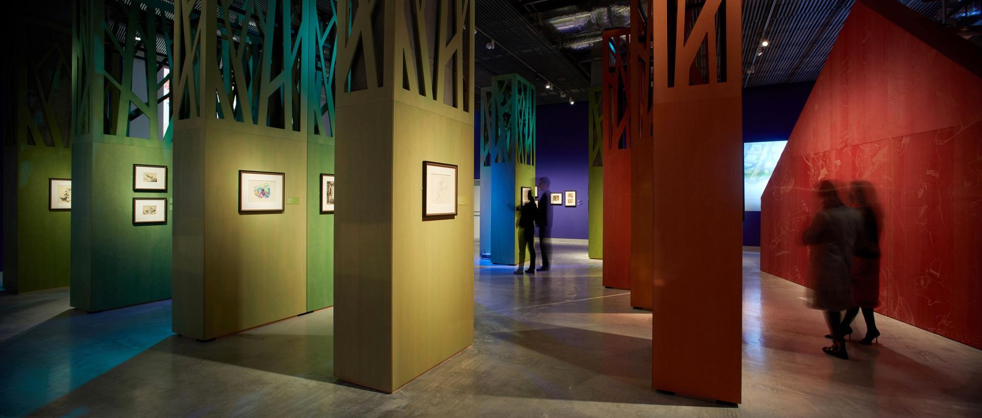 Exposición sobre Walt Disney. Cabaña roja de Los tres cerditos. Bosque de colores.