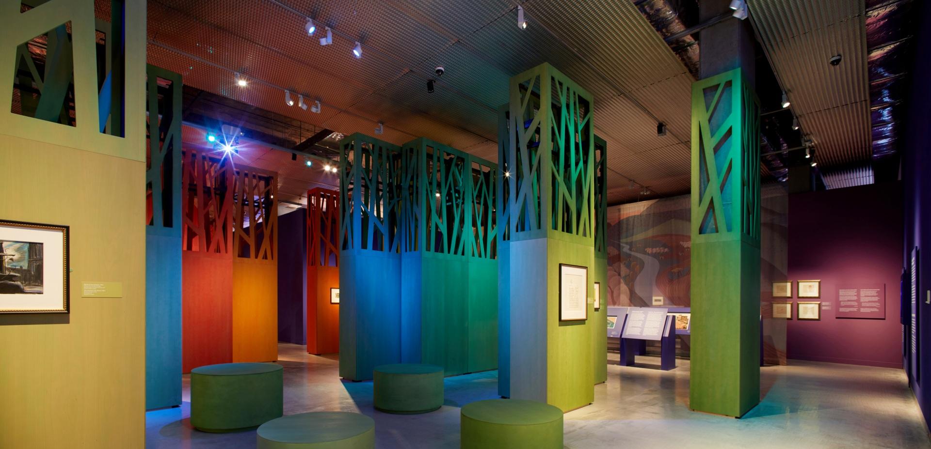 Exposición sobre Walt Disney. Bosque de colores. Asientos de color verde.