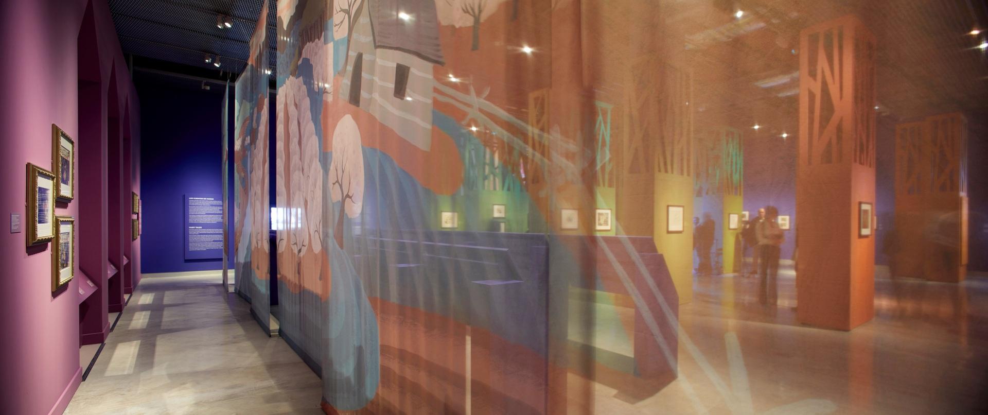 Exposición sobre Walt Disney. Mesas de dibujo color morado. Paisaje de colores. Transparencia y bosque de colores.