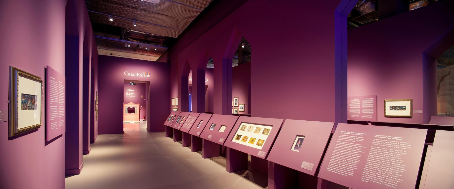 Exposición sobre Walt Disney. Castillo encantado de las princesas color magenta.